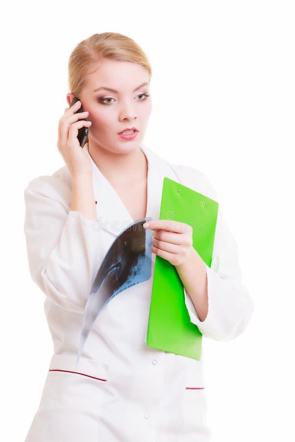 少妇医生谈话由被隔绝的电话 医学 免版税库存图片