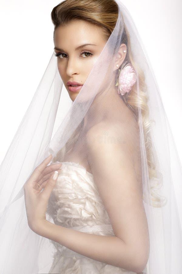 少妇画象摆在与白色brid的婚礼礼服的 库存图片