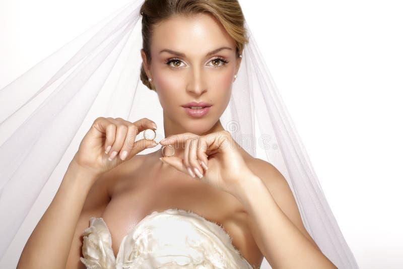 少妇画象摆在与白色brid的婚礼礼服的 免版税库存图片