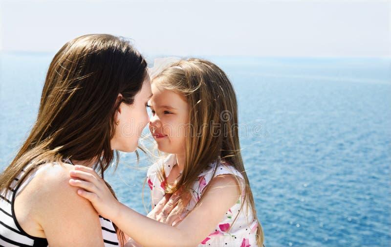 少妇画象有她的女儿的 免版税库存照片