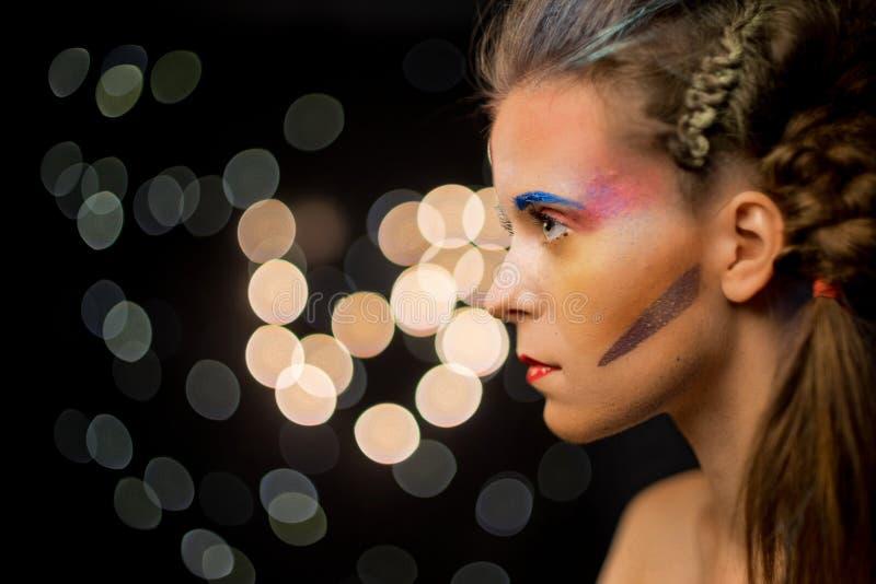 少妇画象,多色面孔绘画 模型与组成 有艺术油漆的女孩 免版税库存照片