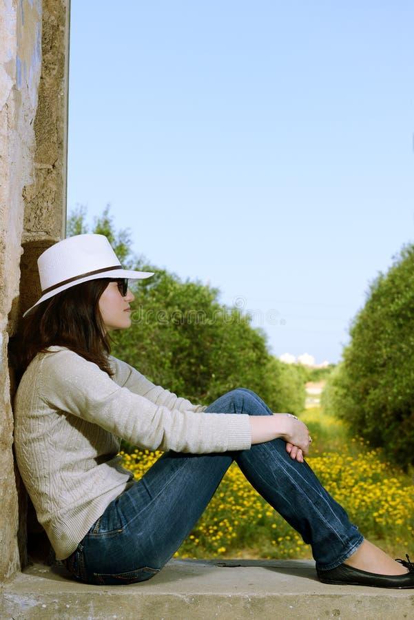 Download 少妇 库存照片. 图片 包括有 牛仔裤, 帽子, 人员, 兴奋, 休息, 白种人, 外面, 确信, beautifuler - 30335260