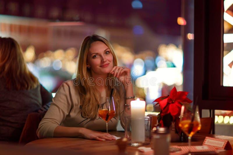 少妇drining的鸡尾酒在餐馆 免版税库存照片
