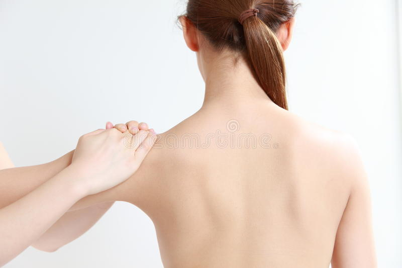 少妇receves按摩脊柱治疗者 图库摄影