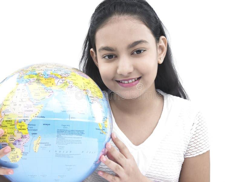 少年亚洲女孩的地球 免版税库存照片