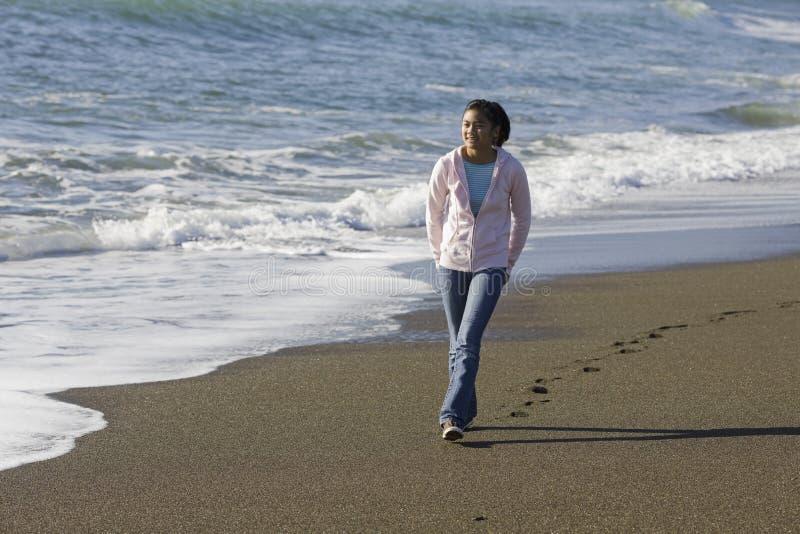 少年亚裔海滩的女孩 免版税库存照片