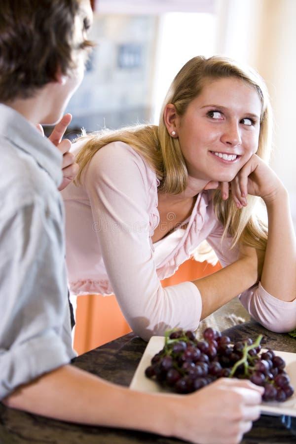 少年兄弟逆女孩的厨房 免版税库存图片