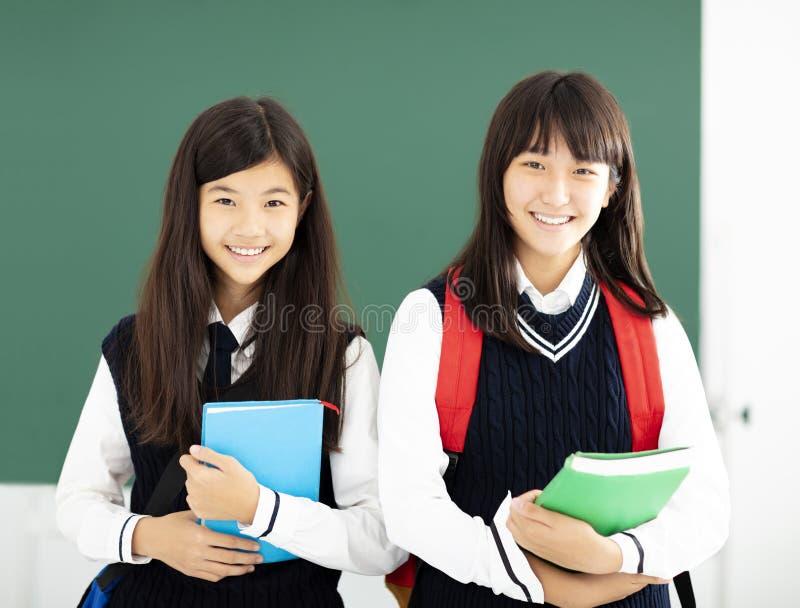 少年女学生画象在教室 免版税库存图片