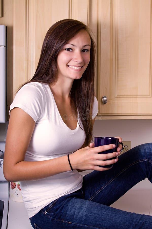 少年女孩的厨房 免版税库存照片