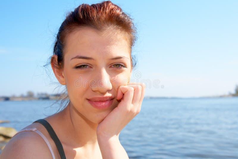 少年女孩的海运 免版税图库摄影