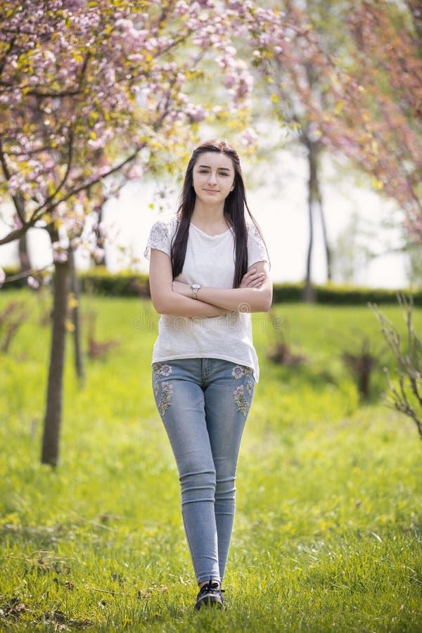 少年女孩看照相机的春天 免版税库存照片