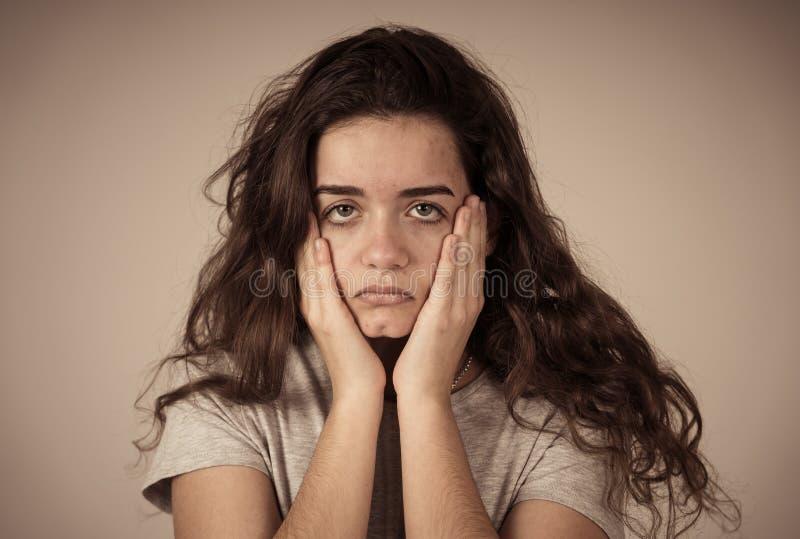 少年女性遭受的消沉接近的画象  哀伤的面孔,不幸人的情感 库存照片