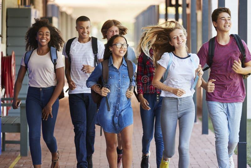 少年学校在高中走廊哄骗赛跑 库存图片