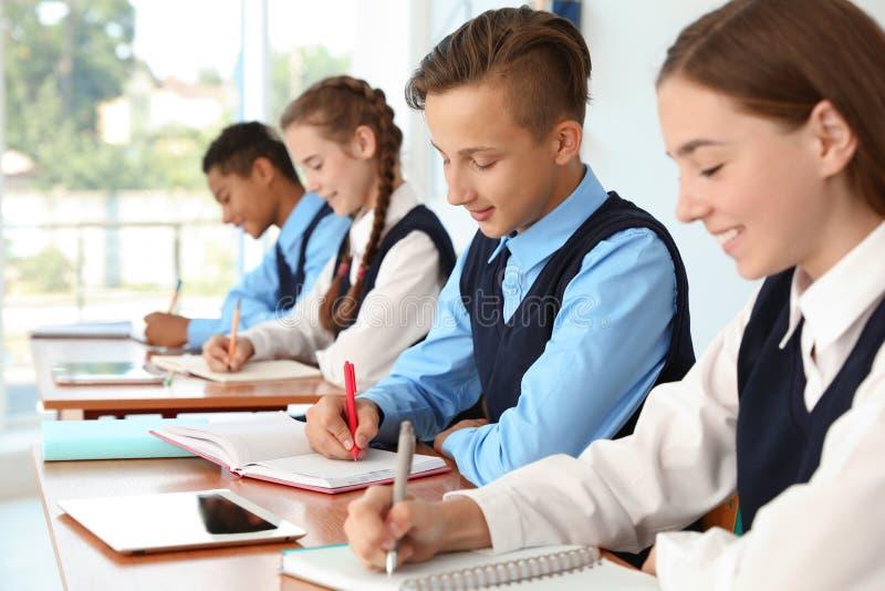 少年学生在教室 免版税库存图片