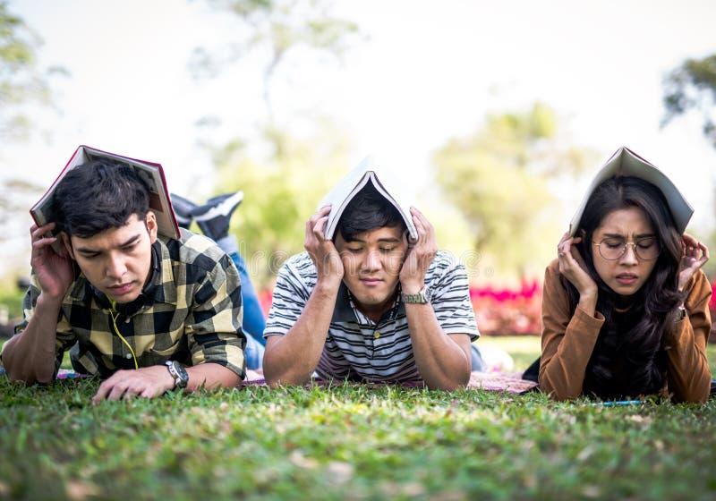 少年学生外部保护那里由书检查重音坚硬概念朝向 免版税图库摄影