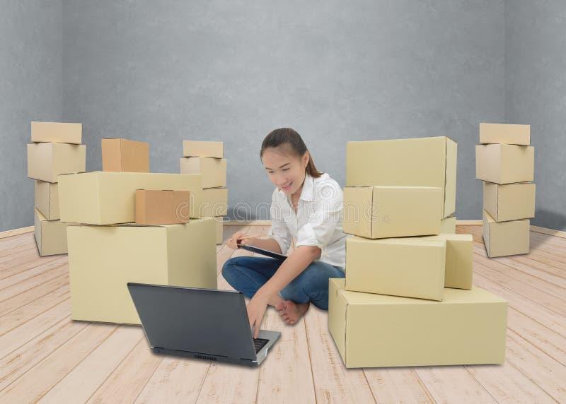 少年所有者女商人在家与剪贴板, lapto一起使用 库存图片