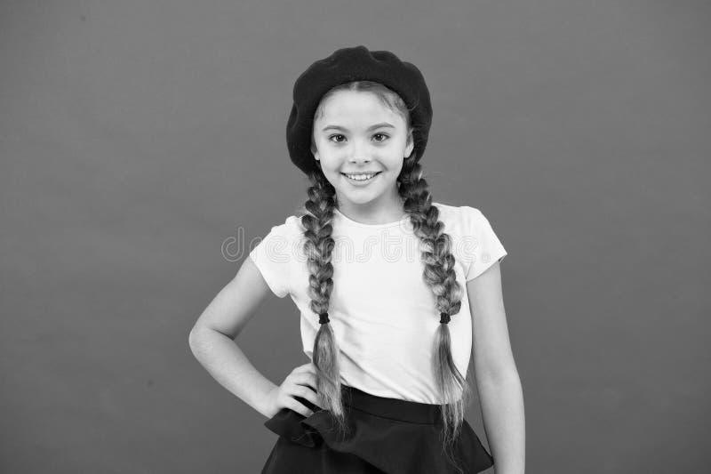 少年时尚 法国时尚属性 儿童小女孩愉快的微笑的婴孩 摆在与的孩子小逗人喜爱的时尚女孩 图库摄影