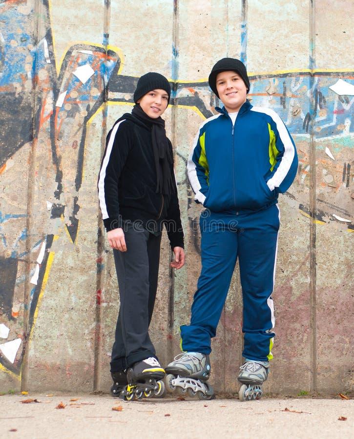 少年男孩室外摆在的溜冰鞋 免版税库存图片