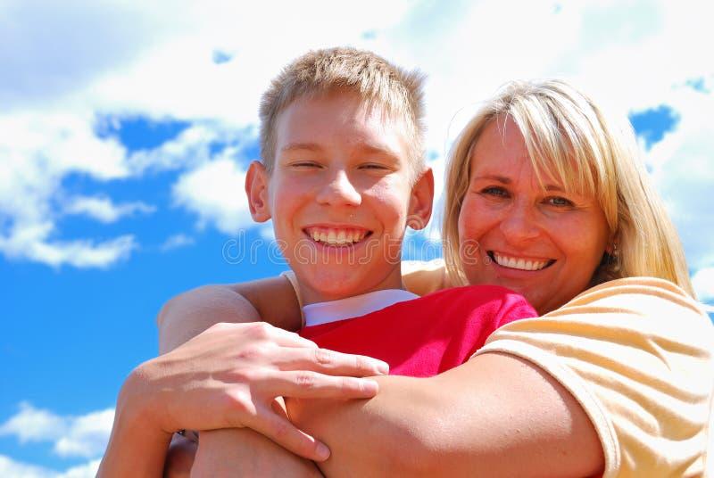 少年男孩的母亲 免版税库存图片