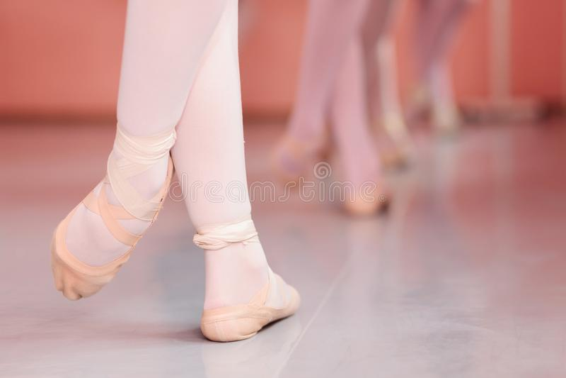 少年芭蕾舞女演员的脚,实践的芭蕾移动特写镜头在一个跳舞的演播室 免版税图库摄影