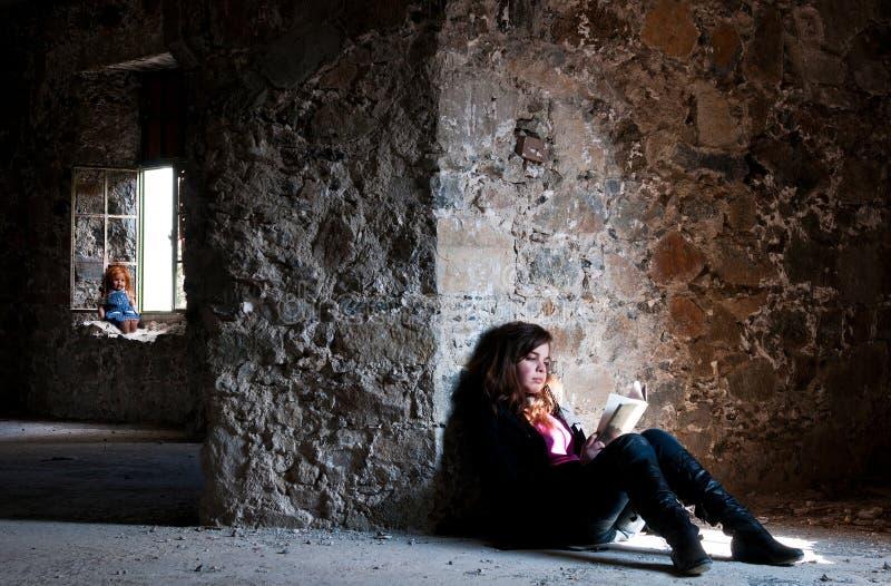 少年被放弃的女孩的阅览室 库存照片