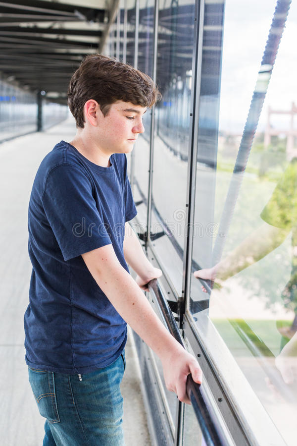 Download 少年 库存照片. 图片 包括有 通勤者, 白种人, 夏天, 都市, 青少年, 铁路运输, 岗位, 铁路, 青年期 - 59106986