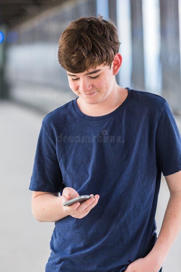 Download 少年 库存图片. 图片 包括有 小河, 蜂窝电话, 岗位, 通信, 青年期, 互联网, 干燥, 通勤者, 运输 - 59107023