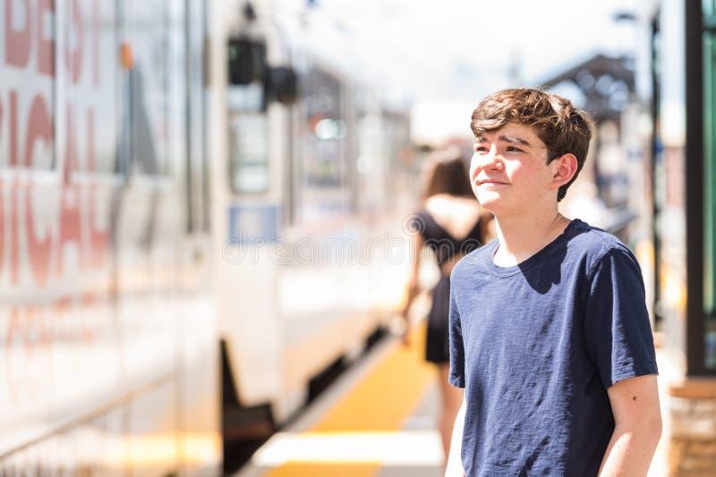 Download 少年 库存图片. 图片 包括有 通勤者, 男朋友, 运输, 青少年, 小河, 公共, 夏天, 干燥, 旅行 - 59107029