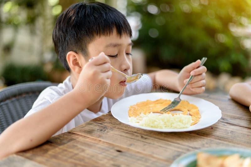 少许吃的男孩 库存照片