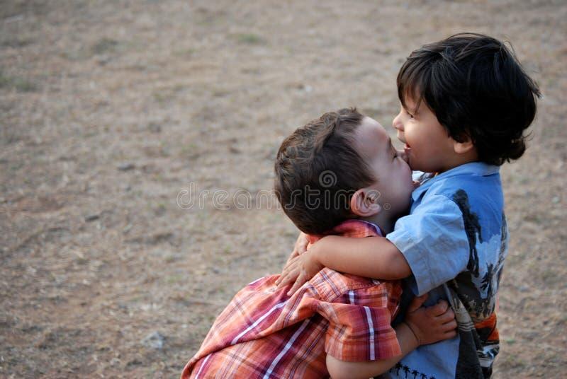 少许拥抱的男孩 免版税库存照片