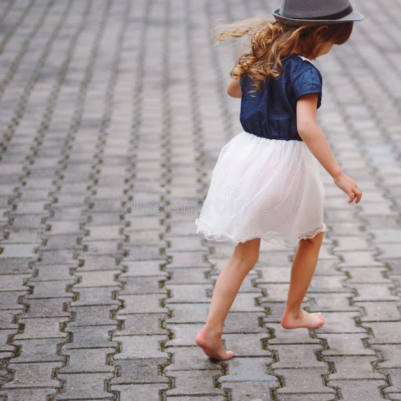 少许美丽的赤足女孩在公园 免版税图库摄影