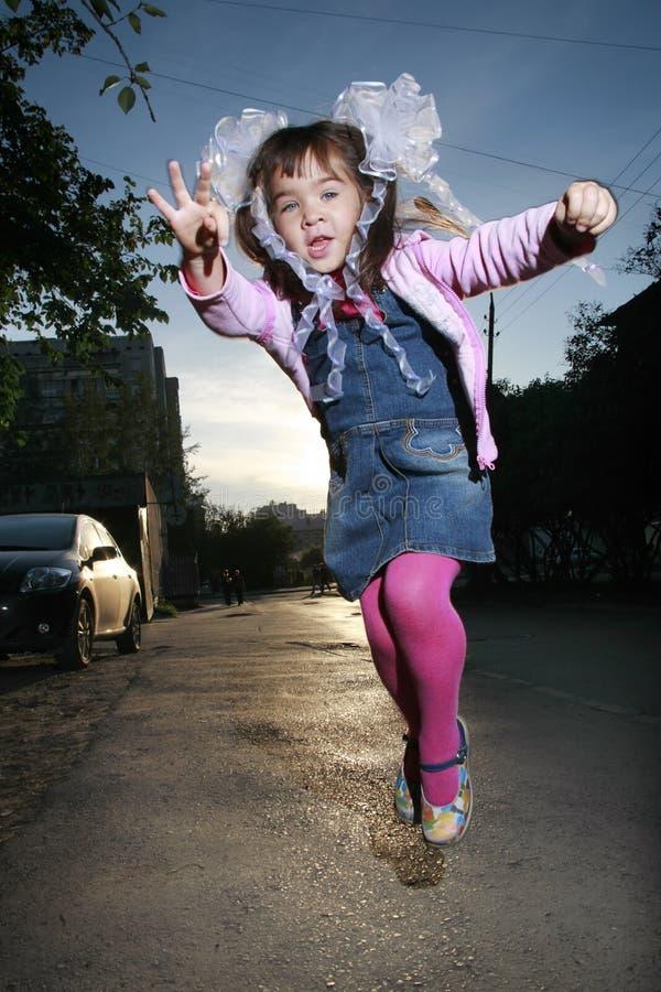 少许跳的女孩 免版税库存图片