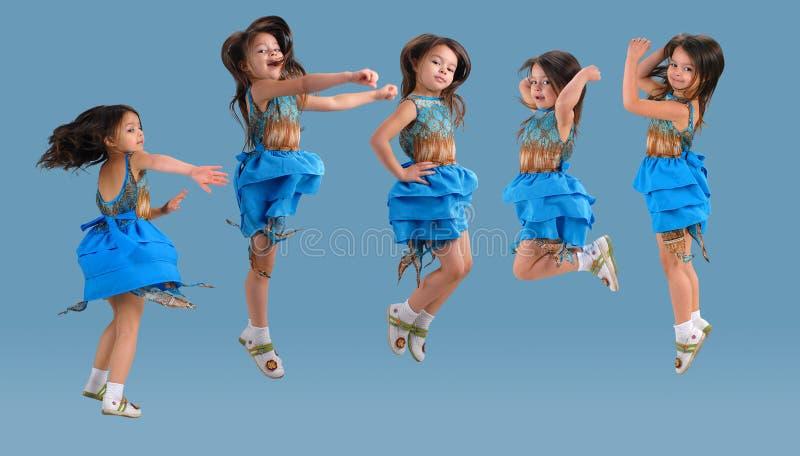 少许跳逗人喜爱的女孩 免版税库存照片