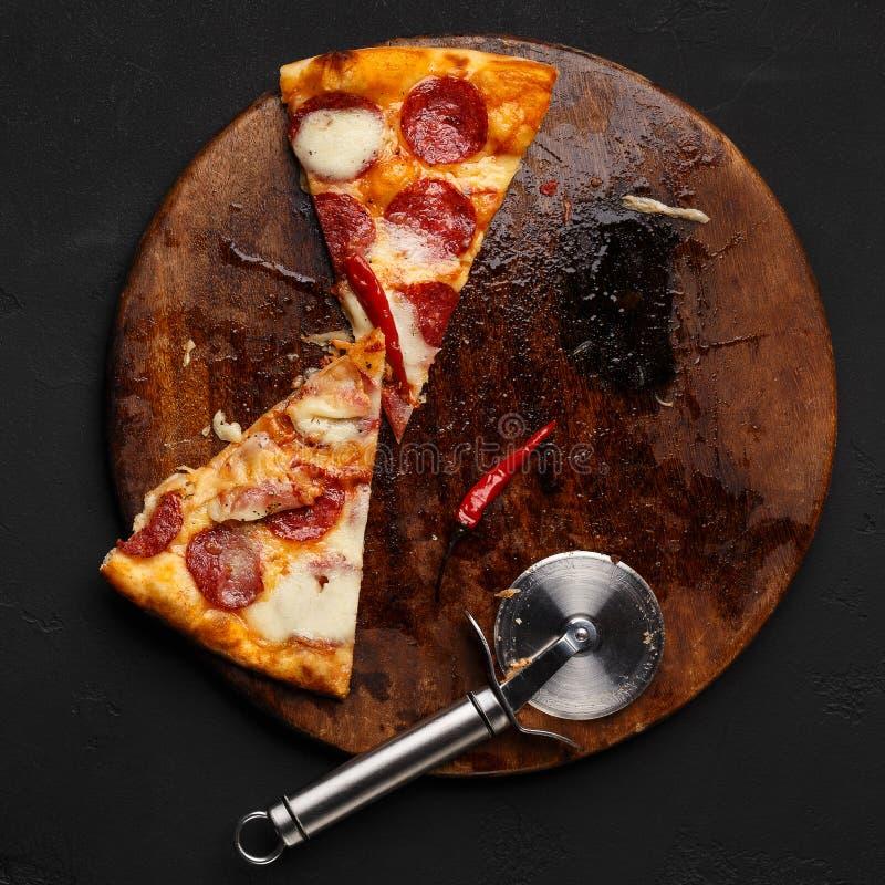 少量切片在木切板的辣香肠烘饼 免版税库存图片