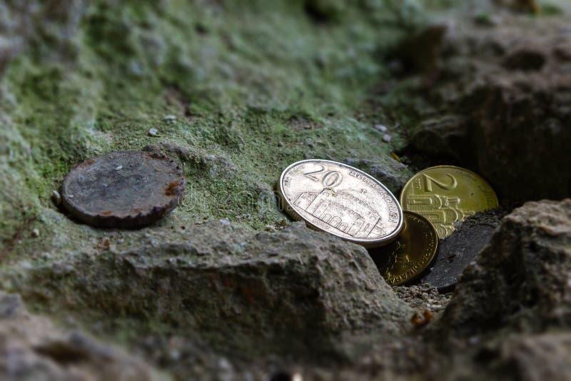 少量塞尔维亚硬币离开Ð ¾ Ð ½ а石头 免版税库存图片