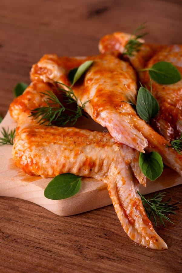 Download 少量用卤汁泡的鸡翼用在木板的草本 库存图片. 图片 包括有 大使, 牌照, 调味汁, 会议室, 庭院, 食物 - 72361691