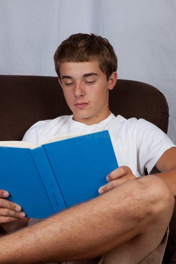 少年读书 免版税库存照片