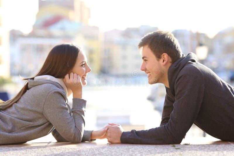 少年夫妇看的爱的 免版税库存图片