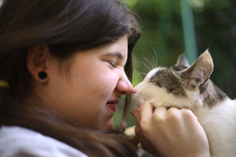 少年女孩亲吻了汤姆邮件猫 免版税图库摄影