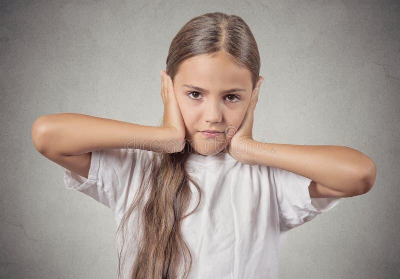 少年女孩覆盖物耳朵用手 免版税库存照片
