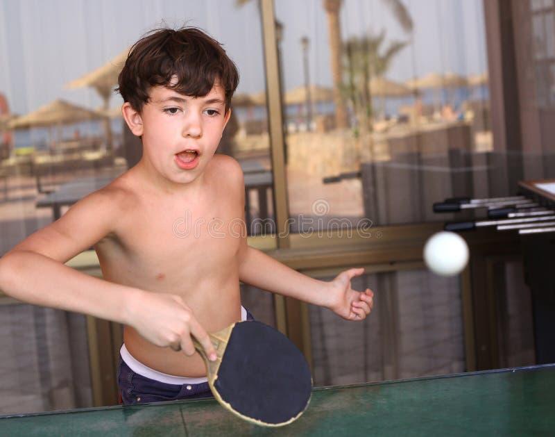 少年孩子男孩戏剧网球桌乒乓球 免版税库存照片