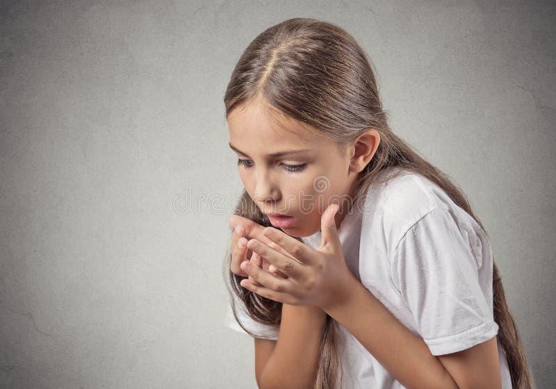 少年投掷的女孩病残  免版税库存图片