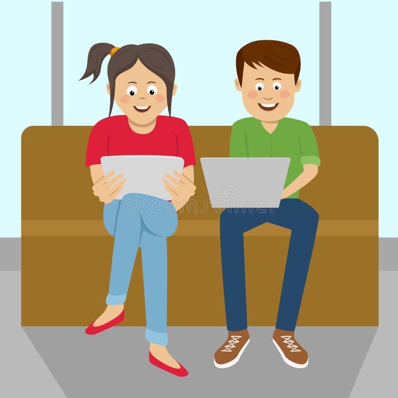 少年男孩和女孩一起坐注视着他们膝上型计算机和片剂键入的沙发 皇族释放例证