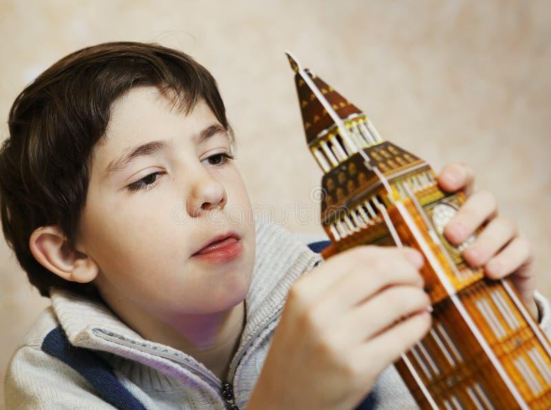 少年男孩解决难题大笨钟塔 免版税库存图片