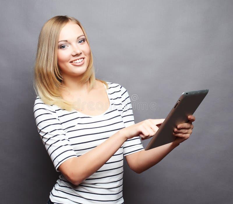少年计算机女孩愉快的个人计算机的片剂 免版税库存照片