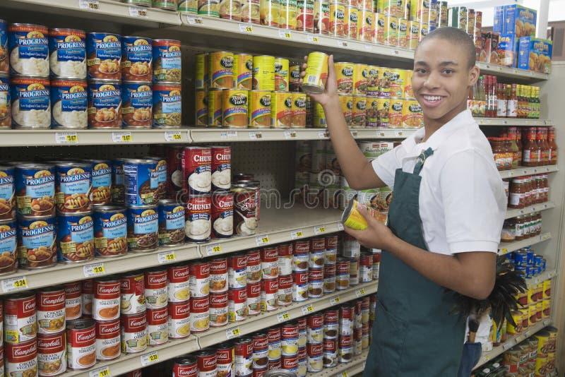少年超级市场雇员 免版税库存照片