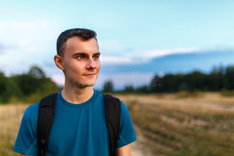 少年远足者在乡下 图库摄影