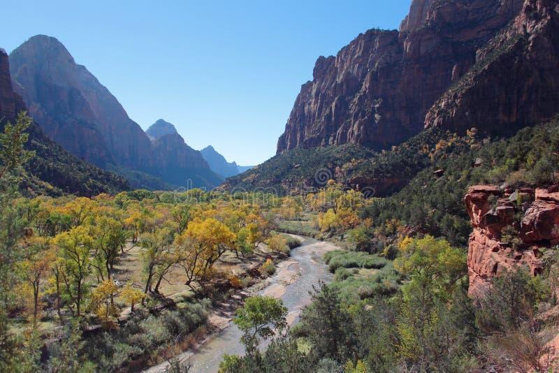 维尔京河的谷在锡安国家公园在一美好的秋天天 免版税图库摄影
