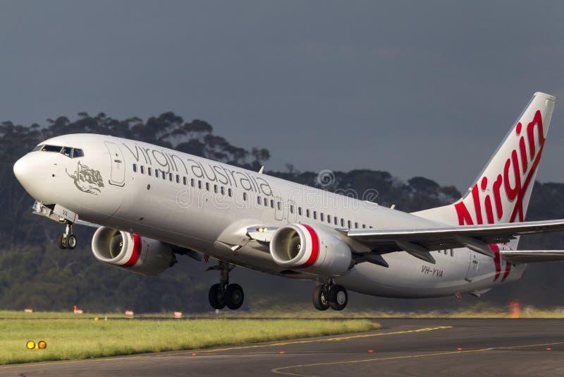 维尔京澳大利亚航空公司波音737-8FE VH-YVA离去的墨尔本国际机场 免版税库存图片