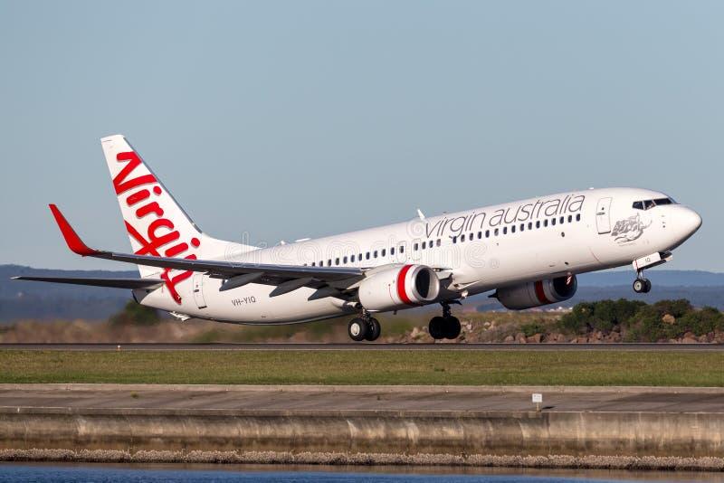 维尔京澳大利亚航空公司起飞从悉尼机场的波音737-800航空器 库存图片